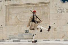 Афины, Греция, 30-ое мая 2015 Evzone идя и защищая парламента Греции в Sintagma Стоковое фото RF