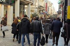 АФИНЫ, ГРЕЦИЯ - 5-ОЕ ЯНВАРЯ 2018: взгляд улицы Ermou в Афинах стоковая фотография rf