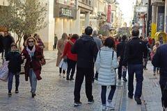 АФИНЫ, ГРЕЦИЯ - 5-ОЕ ЯНВАРЯ 2018: взгляд улицы Ermou в Афинах стоковое изображение rf