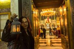 АФИНЫ, ГРЕЦИЯ - люди во время торжества правоверной пасхи (полуночный офис Pascha) стоковое фото