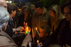 АФИНЫ, ГРЕЦИЯ - люди во время торжества правоверной пасхи (полуночный офис Pascha) стоковые изображения rf