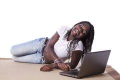 африканец ее детеныши женщины компьтер-книжки работая Стоковые Фотографии RF