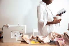 Африканская белошвейка девушки делая примечания на тетради дизайнерские эскизы чертежа Стоковые Фото