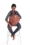 Африканская бизнес-леди сидя вниз Стоковые Изображения