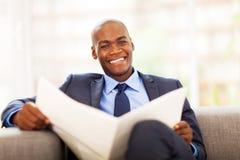 Африканская газета бизнесмена Стоковая Фотография RF