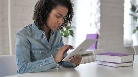 Африканская девушка используя планшет видеоматериал
