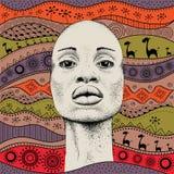 Африканская девушка с африканской картиной ethno притяжки руки, племенной предпосылкой красивейшая чернокожая женщина Взгляд проф Стоковые Фотографии RF