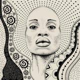 Африканская девушка с африканской картиной ethno притяжки руки, племенной предпосылкой красивейшая чернокожая женщина Взгляд проф Стоковое Изображение