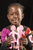 Африканская девушка играя с бумажными куклами Стоковое Фото