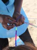 Африканская женщина делает стиль причёсок с красочной оплеткой в hai Стоковое Изображение RF