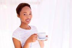 Африканская женщина имея кофе Стоковая Фотография RF