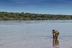 Африканская женщина купая в реке, Malanje, Анголе, Африке стоковые фото