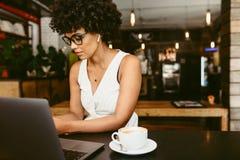Африканская женщина на кафе стоковые изображения