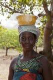 Африканская женщина нося шар на ее голове Стоковое Изображение