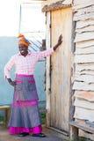 Африканская женщина показывает ее дом Стоковое Изображение