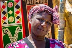 Африканская женщина продавая ремесла стоковое фото rf