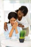 Африканская женщина утешая плача мать стоковая фотография rf