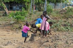 Африканская игра маленьких детей на пакостной улице Стоковая Фотография