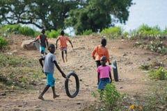 Африканская игра маленьких детей на пакостной улице Стоковые Фото