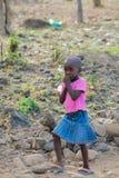 Африканская игра маленькой девочки на улице Стоковое фото RF