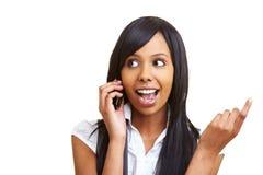 африканская клетка ее телефон используя женщину Стоковое Фото