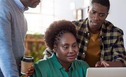 Африканская команда дела на работе в современном офисе Стоковая Фотография