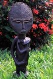 Африканская статуэтка Madonna нянча младенца Стоковая Фотография RF