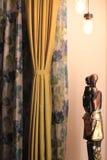 Африканская статуя в современном доме стоковое изображение rf