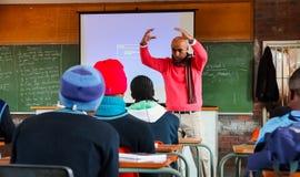 Африканские дети в классе начальной школы стоковое изображение rf