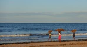 Африканские дети нося швырок Стоковая Фотография RF