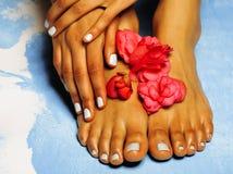 Африканские женские ноги и рука, голубой pedicure Стоковые Фото