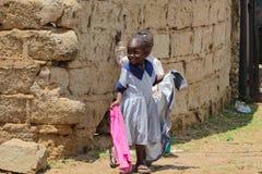 Африканские маленькие дети идя от школы Стоковые Фотографии RF