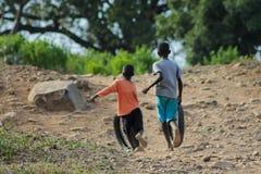 Африканские маленькие дети на спортивной площадке Стоковые Изображения RF