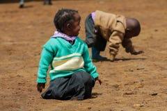 Африканские маленькие ребеята школьного возраста на спортивной площадке Стоковые Фото