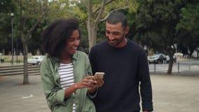 Африканские молодые пары используя чернь пока идущ на улицу видеоматериал