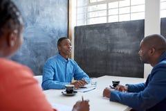 Африканские профессионалы дела имея встречу в офисе Стоковое фото RF