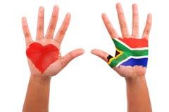 Африканские руки с покрашенным сердцем и южно - африканский флаг, lov I Стоковая Фотография RF