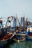 африканские рыбацкие лодки состыковали в гавани рядом с оптовым рынком стоковое изображение rf