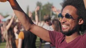 Африканские танцы человека на фестивале акции видеоматериалы