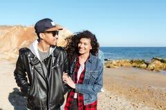 Африканские любящие пары идя outdoors на пляж Стоковая Фотография RF