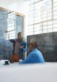 Африканский бизнесмен давая представление к сотрудникам в офисе Стоковое Фото