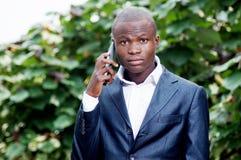 Африканский бизнесмен говоря на мобильном телефоне стоковая фотография