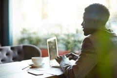 Африканский бизнесмен работая в офисе Стоковое фото RF