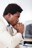 Африканский бизнесмен смотря компьтер-книжку Стоковая Фотография