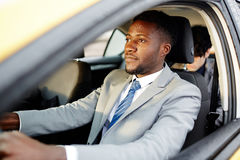 Африканский бизнесмен управляя автомобилем Стоковые Фото