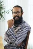 Африканский бородатый человек сидя на таблице стоковая фотография rf
