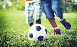 Африканский брат играя концепцию футбола Outdoors Стоковое фото RF