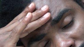 Африканский взрослый мужчина с головной болью сток-видео