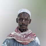 Африканский вождь деревни представляя для портрета Стоковая Фотография RF