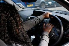 Африканский водитель женщины сигналя ее рожок Стоковое фото RF